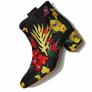 Bergdorf Goodman折扣区有精选大牌服饰、手袋、鞋履促销