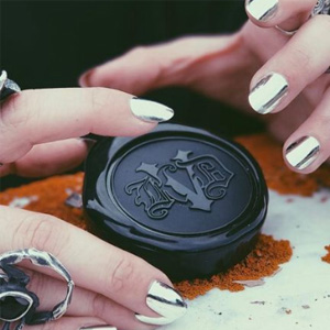 Kat Von D  Lock-It 定妆粉饼Light色