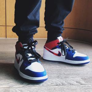乔丹 Air Jordan 1 Mid 大童款篮球鞋 白蓝红 彩钩
