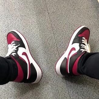 Jordan AJ 1 Mid男款黑红脚趾篮球鞋