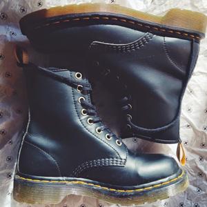 Dr.Martens 1460 VEGAN 8孔女款马丁靴