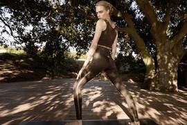 跟着名模Cara Delevingne深呼吸,Puma推出高端瑜伽服系列